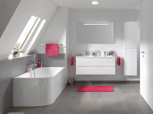 badkamer bad lavabo spiegel kranen grijs tegels