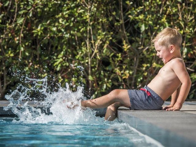 zwembad kind pret fun plonsen