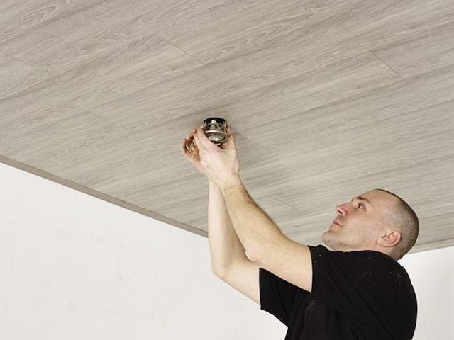 installatie van plafondpanelen inwerken van inbouwspots verlichting