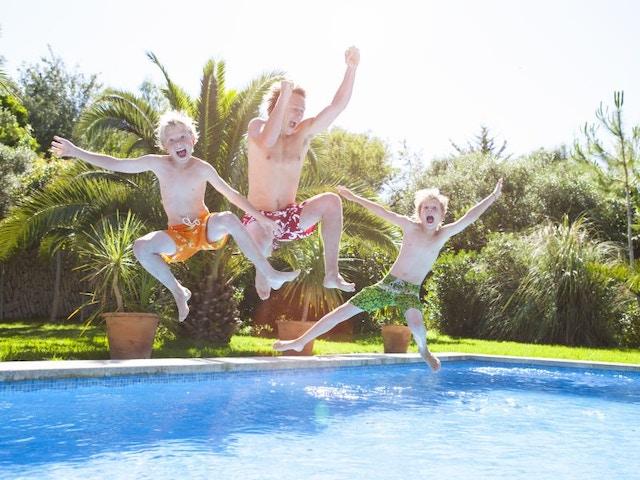 Zwembad springen tuin gezin