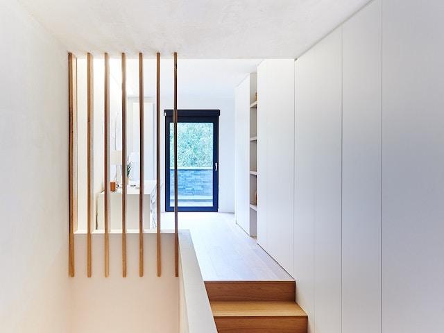 interieur trap kasten wit blauw raam
