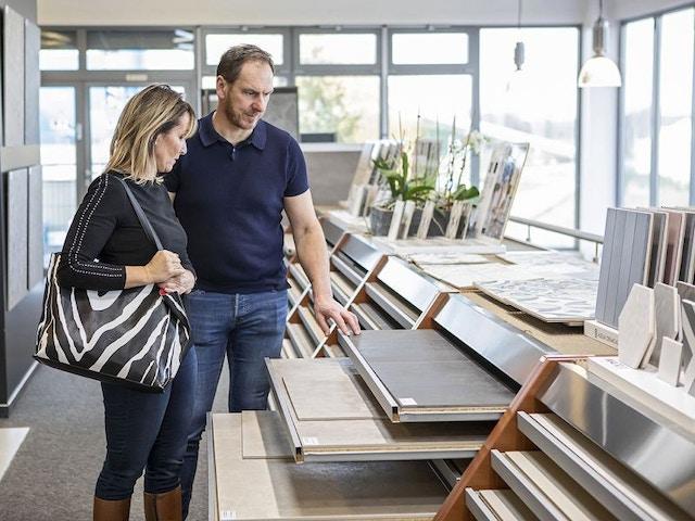 showroom vloer vloeren kiezen stalen tegels