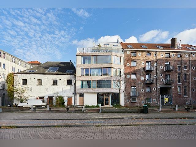 Het huisje op het dak voegt een speels element toe aan de woning.