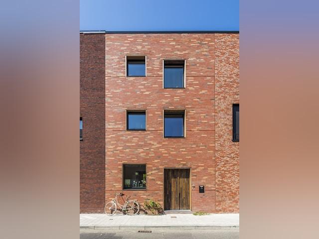 Ondanks de verschillen vertonen de drie huizen een duidelijke samenhang. Het huis van Katrien en Thomas is het middelste van de drie. Omwille van de privacy zijn de ramen vooraan klein gehouden.