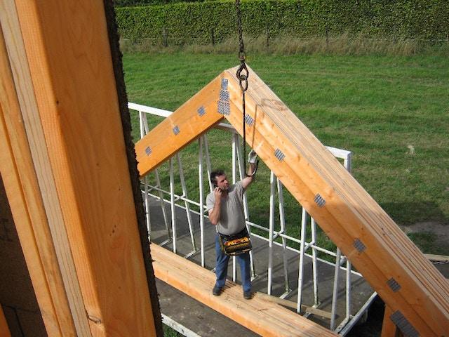 houtskeletbouw nieuwbouw huis werkman werf houtskelet kraanwerk