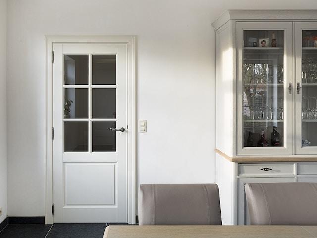 witte binnendeur met glas eetkamer tafel kast